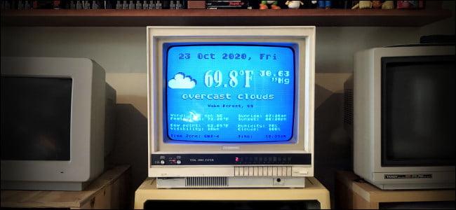 El programa meteorológico Atari FujiNet se ejecuta en un monitor de computadora antiguo.