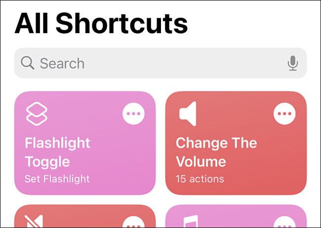 El acceso directo de Alternar linterna que se ve en Accesos directos en iPhone.